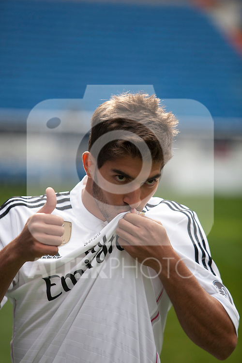 Brazil international soccer player Lucas Silva during his official presentation as a new Real Madrid player at the Santiago Bernabeu stadium in Madrid, Spain. January 26, 2015. (ALTERPHOTOS/Victor Blanco)