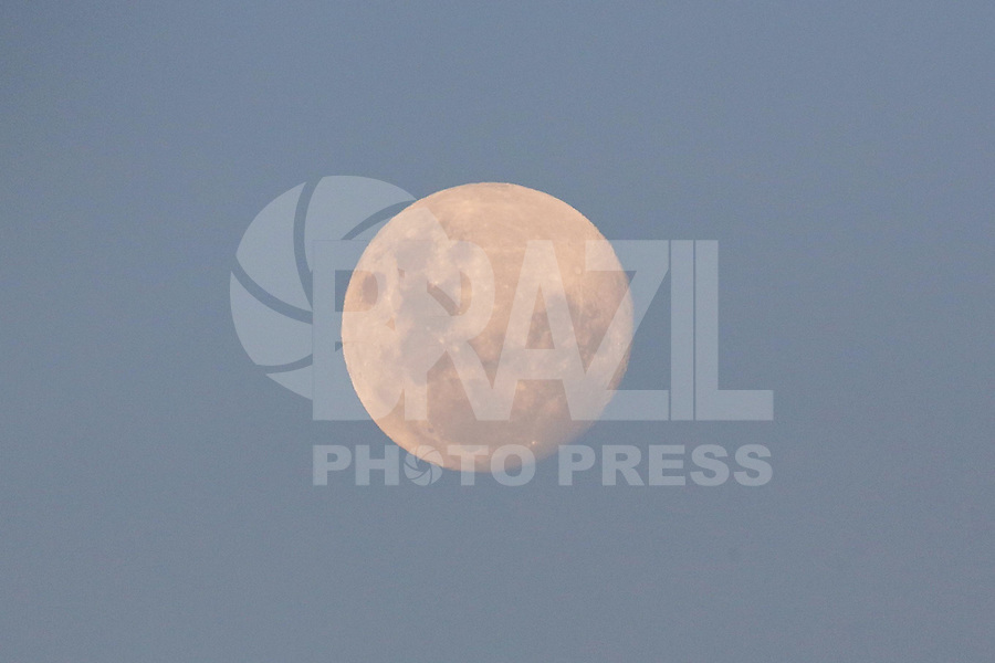 SÃO PAULO,SP, 21.03.2016 - LUA-CRESCENTE - Lua na sua fase crescente é vista a partir do bairro da Bela Vista na região central de São Paulo, nesta segunda-feira, 21. (Foto: William Volcov/Brazil Photo Press)