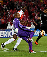 BOGOTÁ – COLOMBIA, 23-10-2018: Robinson Zapata, guardameta de Independiente Santa Fe, en acción, durante partido de ida entre Independiente Santa Fe (COL) y Deportivo Cali (COL), de los cuartos de final, S1 por la Copa Conmebol Sudamericana 2018, en el estadio Nemesio Camacho El Campin, de la ciudad de Bogotá. / Robinson Zapata, goalkeeper of Independiente Santa Fe (COL), during a match of the first leg between Independiente Santa Fe (COL) and Deportivo Cali (COL), of the quarterfinals, S1 for the Conmebol Sudamericana Cup 2018 in the Nemesio Camacho El Campin stadium in Bogota city. Photo: VizzorImage / Luis Ramírez / Staff.