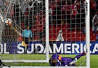 BOGOTÁ - COLOMBIA, 23–10-2018: Robinson Zapata, guardameta de Independiente Santa Fe (COL) no logra detener el disparo de Ezequiel Palomeque (Fuera de Cuadro), jugador de Deportivo Cali (COL), al anotar gol de su equipo, durante definición desde el punto penal en partido de ida entre Independiente Santa Fe (COL) y Deportivo Cali (COL), de los cuartos de final, S1 por la Copa Conmebol Sudamericana 2018, en el estadio Nemesio Camacho El Campin, de la ciudad de Bogotá. / Robinson Zapata, goalkeeper of Independiente Santa Fe (COL), fails to stop Ezequiel Palomeque (Out of Frame), player of Independiente Santa Fe (COL), the goal of his team, during a match of the first leg between Independiente Santa Fe (COL) and Deportivo Cali (COL), of the quarterfinals, S1 for the Conmebol Sudamericana Cup 2018 in the Nemesio Camacho El Campin stadium in Bogota city. Photo: VizzorImage / Luis Ramírez / Staff.