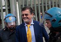 avvocato Fabio Anselmo Emessa la sentenza nel processo per la morte di Davide Bifolco ragazzo ucciso da un carabiniere durante un controllo Parenti e Amici manifestano il loro disappunto all'esterno del palazzo di Giustizia di Napoli<br /> nella foto
