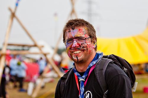 Magnus let his scouts decorate his face. Photo: Kim Rask/Scouterna