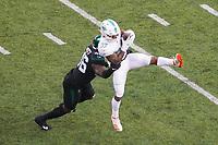 running back Myles Gaskin (37) of the Miami Dolphins fängt den Ball gegen linebacker Neville Hewitt (46) of the New York Jets - 08.12.2019: New York Jets vs. Miami Dolphins, MetLife Stadium New York