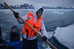Un miembro de Greenpeace aparta bloques de hielo de la banquisa camino del casquete Polar Artico. La expedición de Greenpeace en el Artico muestra las evidencias del cambio climatico en las proximidades del casquete Polar artico, en Groenlandia. Alejandro Sanz acompaña a la expedición. 19 Julio 2013. © Pedro ARMESTRE