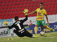 IBAGUE - COLOMBIA -30 -09-2016: Omar Duarte (Der.) jugador de Atletico Huila disputa el balón con Nelson Ramos (Izq.) portero de Fortaleza C.E.I.F, durante partido entre Atletico Huila y Fortaleza C.E.I.F, por la fecha 15 de la Liga Aguila II 2016 en el estadio Manuel Murillo Toro de Ibague. / Omar Duarte (R), player of Atletico Huila vies for the ball with Nelson Ramos (L) goalkeeper of Fortaleza C.E.I.F, during a match between Atletico Huila and Fortaleza C.E.I.F, for the date 15 of the Liga Aguila II 2016 at the Manuel Murilo Toro Stadium in Ibague city. Photo: VizzorImage  / Juan C Escobar / Cont.