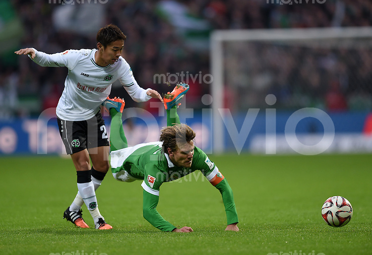 FUSSBALL   1. BUNDESLIGA   SAISON 2014/2015   15. SPIELTAG SV Werder Bremen - Hannover 96                         13.12.2014 Hiroshi Kiyotake  (li,, Hannover 96) gegen Clemens Fritz (re, SV Werder Bremen)