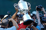 Tiger WOODS (USA) mit der Wanamaker Trophy umringt von Fotografen, 4.Runde, 88th PGA Championship Golf, Medinah Country Club, IL, USA