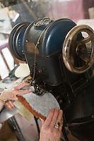 Europe/France/Aquitaine/24/Dordogne/Varaignes:Musée  des Paysans-Tisserands et des  Pantoufliers- Fabrication artisanale  des pantoufles charentaises-le Douilletage :couture de la douillette (bourre)  entre la semelle et la première semelle