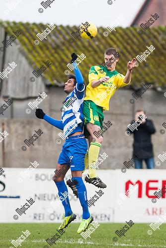 2013-12-15 / Voetbal / Seizoen 2013-2014 / Witgoor-Tienen / Jef Van der Veken (l. Witgoor) springt hoger dan Amardeep Singh (l. Tienen)<br /> <br /> Foto: Mpics.be