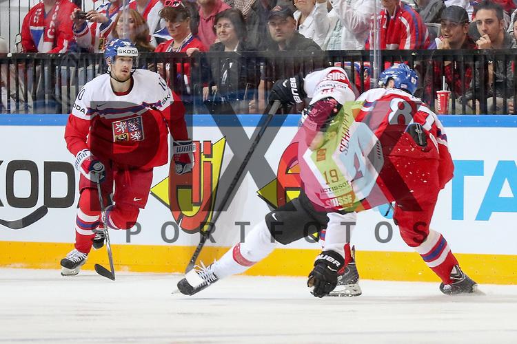 Schweizs Schappo, Reto (Nr.19) im Zweikampf mit Tschechiens Nakladal, Jakub (Nr.87)(TPS Turku)  im Spiel IIHF WC15 Tschechien vs. Schweiz.<br /> <br /> Foto &copy; P-I-X.org *** Foto ist honorarpflichtig! *** Auf Anfrage in hoeherer Qualitaet/Aufloesung. Belegexemplar erbeten. Veroeffentlichung ausschliesslich fuer journalistisch-publizistische Zwecke. For editorial use only.