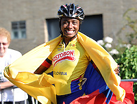 OOSTENDE – BELGICA – 27-08-2013: Jersy Puello, patinadora de Colombia celebra con la bandera de Colombia la medalla de oro en la prueba de los 200 metros contra reloj individual  en el patinodromo Mundialista Track en Oostende,  Belgica, agosto 27 de 2013. (Foto: VizzorImage / Luis Ramirez / Staff).  Jersy Puello, Colombia skater, celebrates with the Colombian flag the golden medal in the testing of the 200 meters time trial in the Mundialist Track in Oostende, Belgium, August 27, 2013. (Photo: VizzorImage / Luis Ramirez / Staff).