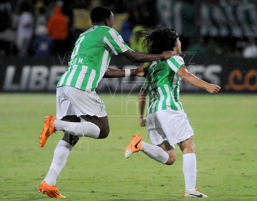 MEDELLÍN -COLOMBIA-23-04-2014. Sherman Cardenas (Der) de Atlético Nacional de Colombia celebra un gola anotado a Atlético Mineiro de Brasil durante el partido por los octavos de final de la Copa Libertadores de América 2014 jugado en el estadio Atanasio Girardot de Medellín, Colombia./ Sherman Cardenas (R) player of Atletico Nacional of Colombia celebrates a goal scored to Atletico Mineiro de Brazil during  first leg match for the knockout stages of the Copa Libertadores championship 2014 played at Atanasio Girardot stadium in Medellin, Colombia. Photo: VizzorImage/ Luis Ríos /STR
