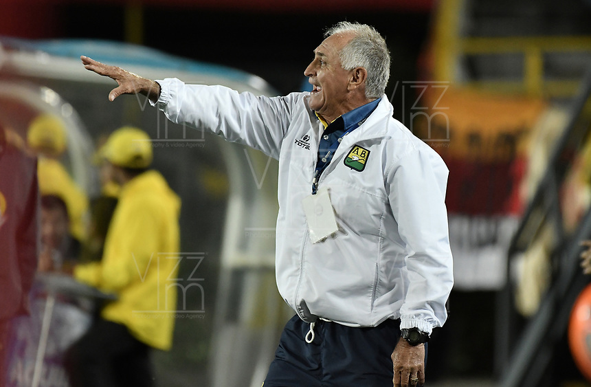 BOGOTÁ -COLOMBIA, 15-04-2017. Fernando 'Pecoso' Castro, técnico del Bucaramanga, gesticula durante el encuentro entre Independiente Santa Fe y Atletico Bucaramanga por la fecha 13 de la Liga Aguila I 2017 jugado en el estadio Nemesio Camacho El Campin de la ciudad de Bogota. / Fernando 'Pecoso' Castro, coach of Bucaramanga, gestures during match between Independiente Santa Fe and Atletico Bucaramanga for the date 13 of the Aguila League I 2017 played at the Nemesio Camacho El Campin Stadium in Bogota city. Photo: VizzorImage/ Gabriel Aponte / Staff