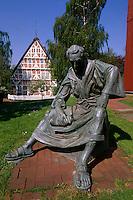 Deutschland, Niedersachsen, Altes Land, Steinkirchen, vor Kirche St.Martini et Nicolai, Statue Priester Heinrich