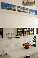 Flawlessly flush kitchen units, devoid of handles, give the kitchen a chic elegance
