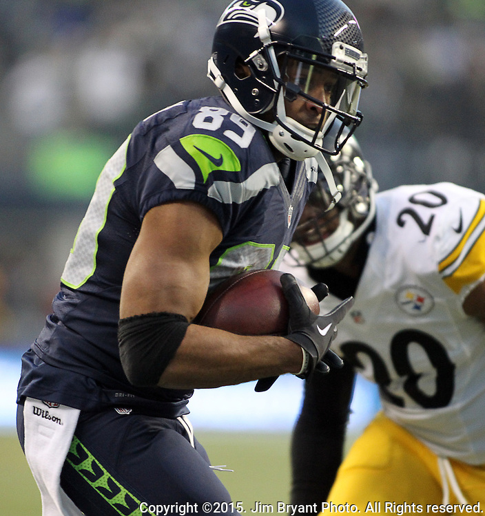 Seattle Seahawks wide receiver Doug Baldwin (89) looks to run against the Pittsburgh Steelers at CenturyLink Field in Seattle, Washington on November 29, 2015.  Baldwin ran for an 80-yard touchdown in the Seahawks 39-30 win over the Steelers.      ©2015. Jim Bryant Photo. All Rights Reserved.