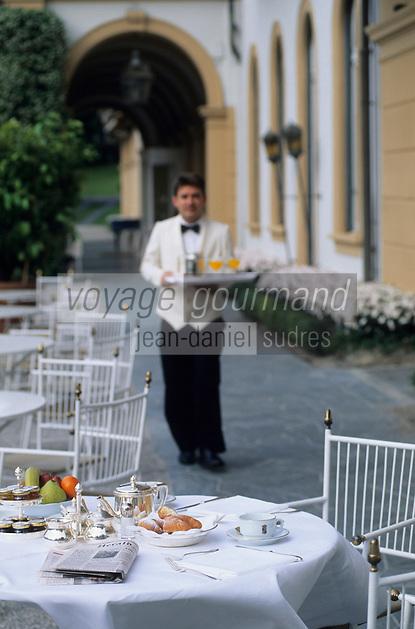 Europe/Italie/Lac de Come/Lombardie/Cernobbio : Villa d'Este (XVI°) - Service du petit déjeuner en terrasse