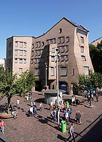 Nederland Amsterdam -  juli 2018. De Amsterdamse Poort is ontworpen door Architectenbureau Alberts en Van Huut. Vanwege de organische architectuur met schuin aflopende en zandkleurige gevels ook wel bekend als Het Zandkasteel. Het bouwwerk was jarenlang het onderkomen van ING. Het gebouw wordt nu door G&S Vastgoed, VolkerWessels en OVG Real Estate omgebouwd tot een appartementencomplex van 500 woningen. Het is aangewezen als een gemeentelijk monument.  Foto Berlinda van Dam /  Hollandse Hoogte