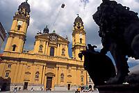 Deutschland, Bayern, Oberbayern, Muenchen: Theatiner Kirche und bayerischer Loewe am Odeonsplatz | Germany, Bavaria, Upper Bavaria, Munich: Theatiner Church and Bavarian Lion