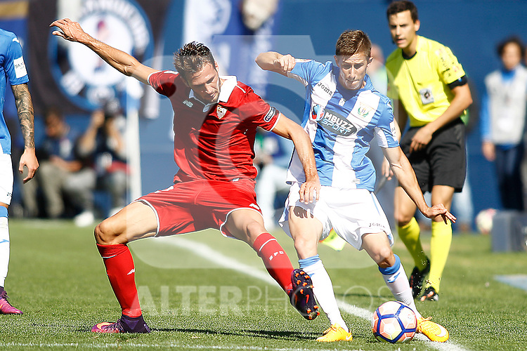 CD Leganes' Alexander Szymanowski (r) and Sevilla FC's Franco Vazquez during La Liga match. October 15,2016. (ALTERPHOTOS/Acero)