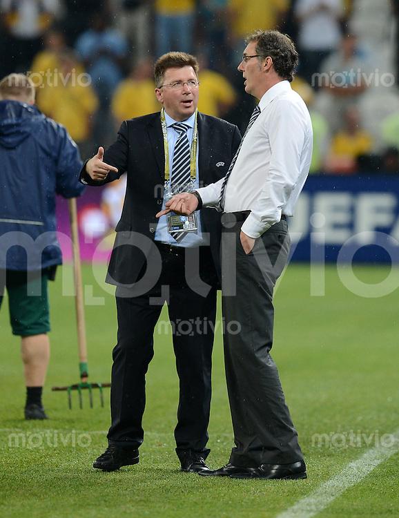 FUSSBALL  EUROPAMEISTERSCHAFT 2012   VORRUNDE Ukraine - Frankreich               15.06.2012 Trainer Laurent Blanc (Frankreich) im Gespraech mit einem UEFA-Offiziellen