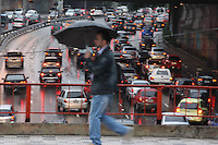 SAO PAULO, SP, 20/06/2012, TRANSITO e CHUVA. Manha complicada na Ligacao Leste Oeste em Sao Paulo. O motorista enfrenta transito intenso no sentido da Lapa. Luiz Guarnieri/ Brazil Photo Press.