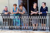 Fedeli affacciati ad un balcone in attesa di Papa Francesco in visita il paese di Cassano all'Ionio, in Calabria, 21 giugno 2014.<br /> Faithful wait at a balcony for the arrival of Pope Francis during his visit at the village of Cassano all'Ionio, in the region Calabria, Southern Italy, 21 June 2014.<br /> UPDATE IMAGES PRESS/Riccardo De Luca<br /> <br /> STRICTLY ONLY FOR EDITORIAL USE