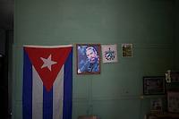 Cuba, interno casa, bandiera cubana e immagine di Fidel Castro