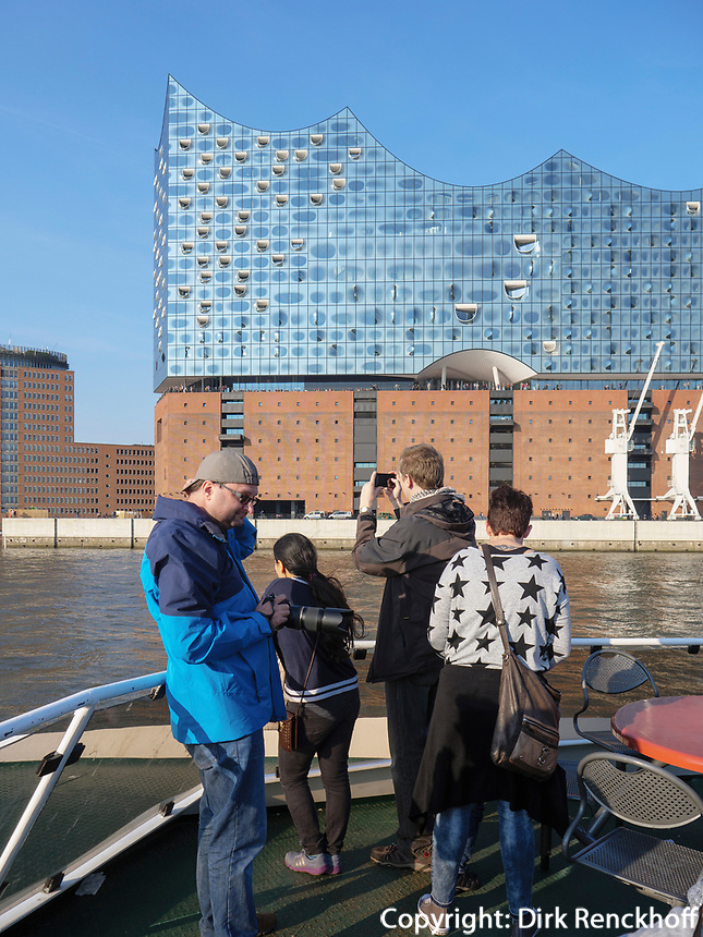 Hafenf&auml;hre vor der Elbphilharmonie in der Hafencity, Hamburg, Deutschland, Europa<br /> Ferry, concert hall Elbphilharmonie in the Hafencity, Hamburg, Germany, Europe
