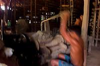 Trabalhadores oleiros produzem tijolos e telhas