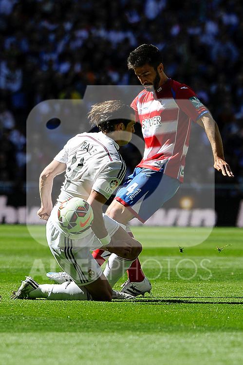 Real Madrid´s Gareth Bale and Granada´s Francisco Rico during 2014-15 La Liga match between Real Madrid and Granada at Santiago Bernabeu stadium in Madrid, Spain. April 05, 2015. (ALTERPHOTOS/Luis Fernandez)
