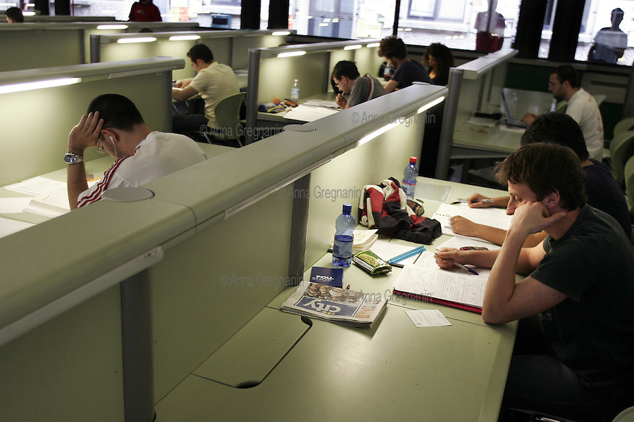 """Politecnico di Milano: la biblioteca con sala studio chiamata """"Acquario"""". Polytechnic of Milan: the library with study room called """"Aquarium""""."""