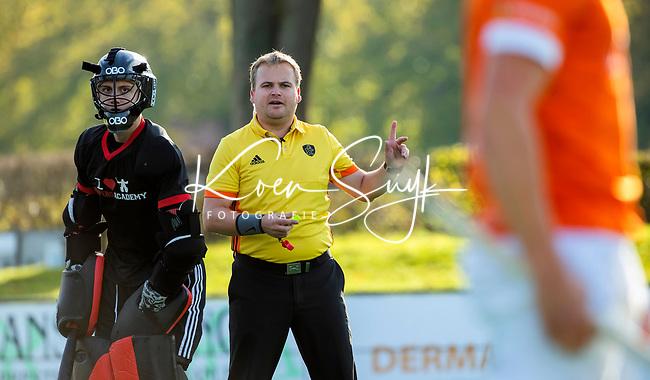 BLOEMENDAAL  -  scheidsrechter Alex Been,  , competitiewedstrijd junioren  landelijk  Bloemendaal JA1-Nijmegen JA1 (2-2) . COPYRIGHT KOEN SUYK
