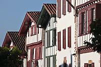 Europe/France/Aquitaine/64/Pyrénées-Atlantiques/Pays-Basque/Ainhoa: Maisons labourdines du village - Plus Beaux Villages de France