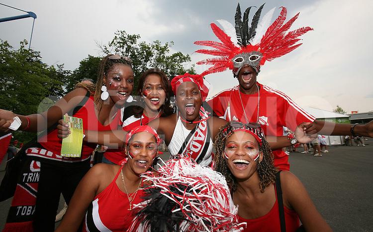 Fussball WM 2006  Gruppenspiel  Vorrunde England - Trinidad & Tobago Fans aus Trinidad & Tobago feiern vor dem Spiel