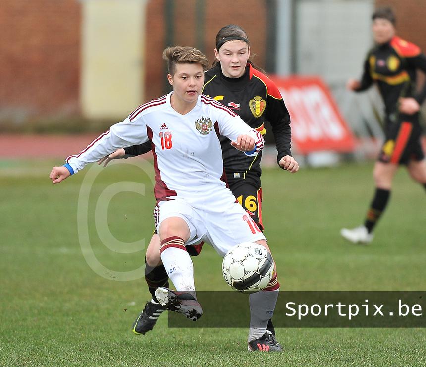 Russia U19 - Belgium U19 : Darya Kitsa aan de bal voor Elke Van Gorp.foto DAVID CATRY / Nikonpro.be