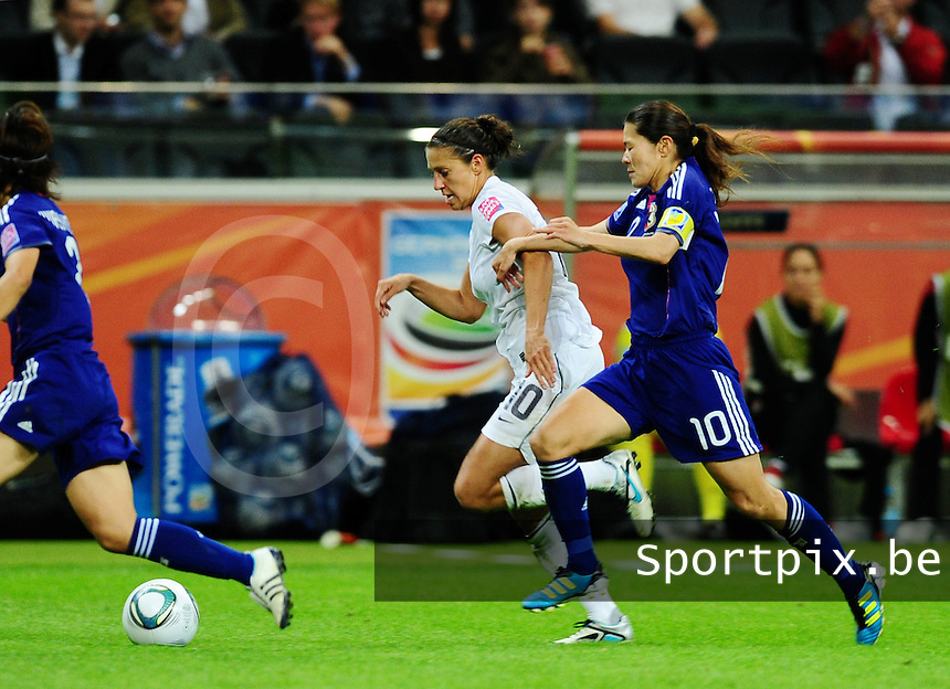 Fifa Women's World Cup Germany 2011 : Japan - USA  at Commerzbank Arena Frankfurt : Carli Lloyd aan de bal voor Homare Sawa.foto DAVID CATRY / Vrouwenteam.be