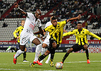 MANIZALES - COLOMBIA, 29-03-2015: Jhon E. Valoy (Izq.) jugador de Once Caldas, disputa el balón con David A. Valencia (Der.) jugador de Alianza Petrolera durante  partido Once Caldas y Alianza Petrolera por la fecha 12 de la Liga de Aguila I 2015 en el estadio Palogrande en la ciudad de Manizales. / Jhon E. Valoy (L) of Once Caldas, figths the ball with David A. Valencia (R) jugador of Alianza Petrolera during a match between Once Caldas and Alianza Petrolera for the date 10 of the Liga de Aguila I 2015 at the Palogrande stadium in Manizales city. Photo: VizzorImage / Santiago Osorio / Str