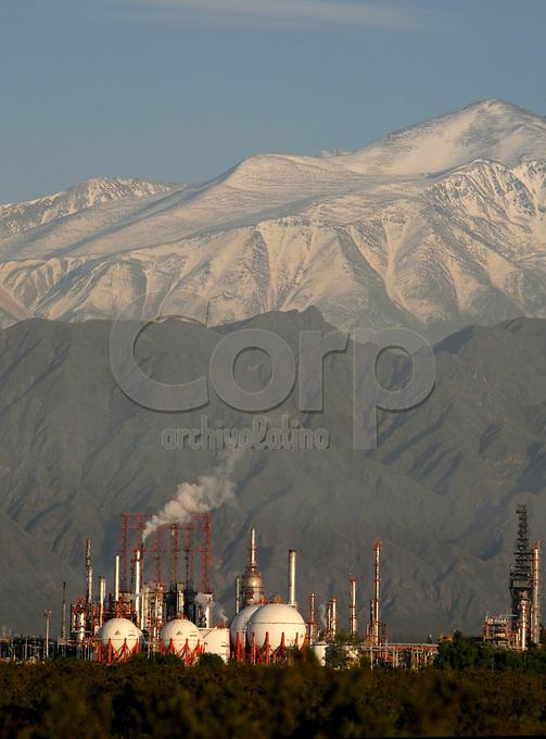 Refineria de petroleo de YPF en Lujan de Cuyo, Mendoza, Argentina.