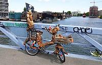 Nederland - Amsterdam - 2019. Het Johan van Hasseltkanaal. De komende jaren ontstaat hier de drijvende woonwijk Schoonschip. Sponsfiets van Warren Gregory de Flower Bike Man.  Foto Berlinda van Dam / Hollandse Hoogte