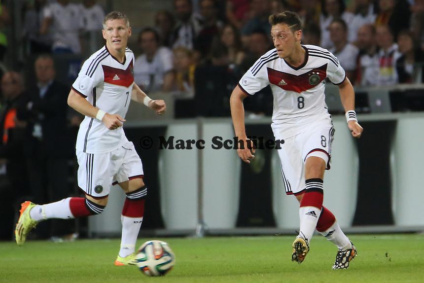 Bastian Schweinsteiger und Mesut Özil (D) - Deutschland vs. Armenien in Mainz