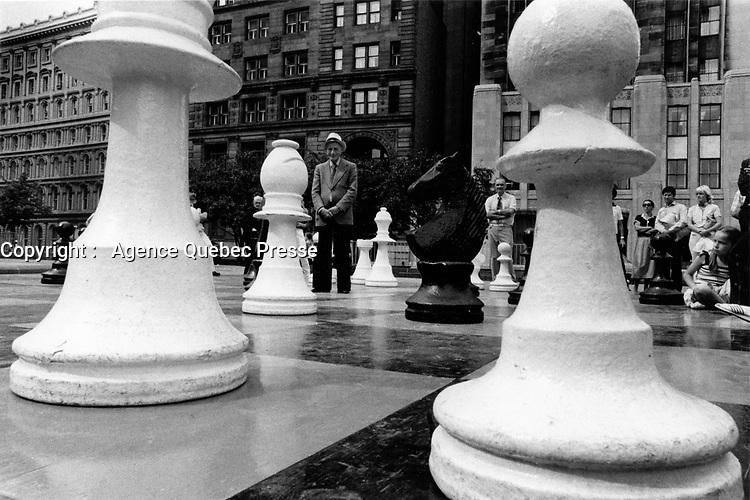 Jeu d'echec geant a la  Place d'armes<br /> ,Montreal  vers 1980<br /> <br /> PHOTO :  Patry- Agence Quebec Presse <br /> <br /> NOTE : Scan de tirages non dates - des cans de negatif suiverons avec les dates