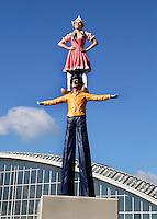 Amsterdam- de  Feestelijke Beeldenreeks van de Belgische kunstenaar Guillaume Bijl. Zes kleurrijke beelden van geschilderd aluminium, speciaal gemaakt voor drie entrees van het plein voor Amsterdam RAI