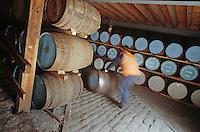 Europe/Royaume-Uni/Ecosse/Moray/Spayside/Keith: Distillerie Strathisla whisky Chivas- la cave - Maturation du distillat dans des futs de chène