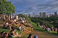 Pessoas na Praça do Por do Sol. São Paulo. 2016. Foto de Marcia Minillo.
