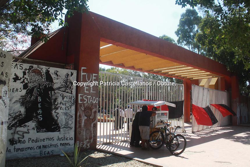 Oaxaca de Ju&aacute;rez, Oax. 23/02/2016.- Ante la falta de respuestas a sus peticiones, y luego de meses de negociar, este lunes amanecieron todas las facultades y escuelas adheridas a la m&aacute;xima casa de estudios cerradas, lo anterior luego de que integrantes del Sindicato de Trabajadores Acad&eacute;micos de la Universidad de Oaxaca (STAUO) decidieran estallar la huelga.<br /> <br /> Fue as&iacute;, que despu&eacute;s de levantar la mesa de negociaci&oacute;n con autoridades educativas de la Universidad Aut&oacute;noma Benito Ju&aacute;rez de Oaxaca (UABJO), miembros de dicho sindicato, colocaron banderas rojinegras en todos los accesos de Ciudad Universitaria y facultades adheridas, dejando sin clases a poco m&aacute;s de 25 mil alumnos en la entidad.