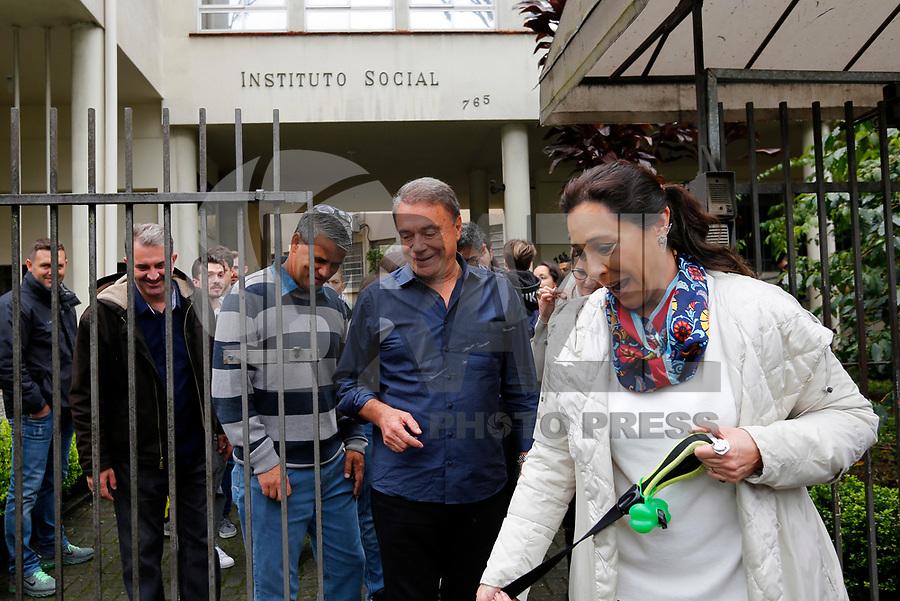 CURITIBA, PR, 07.10.2018 – ELEIÇÕES-2018– O candidato à Presidênte da República, Alvaro Dias (PODE), em companhia da esposa durante votação em Curitiba (PR) na manhã deste domingo (07). (Foto: Paulo Lisboa/Brazil Photo Press)
