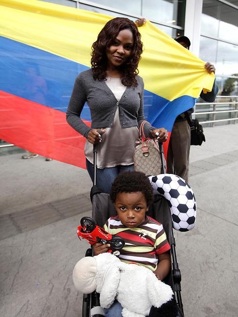 Tatiana Caicedo, esposa del jugador  Jackson Martinez y su hijo antes de partir del aeropuerto El Dorado en  Bogota, Colombia, hacia Brasil para presenciar el Mundial de Futbol el 12 de Junio de 2014 <br /> <br />  COPYRIGHT: Archivolatino<br /> Solo para uso editorial. No esta permitida su venta o uso comercial.