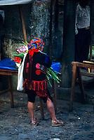 Guatemala, mercato di Chichicastenango. Uomo in abiti tradizionali con mazzo di fiori.<br /> Guatemala, Chichicastenango market. Man in traditional dress with bouquet of flowers.