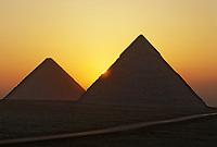 Afrique/Egypte/Env du Caire/Plateau de Giza: Soleil levant sur les pyramides de Giza